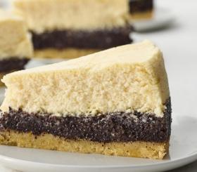 עוגת גבינה עם פרג חלבה ואגוזי לוז צילום: תנובה